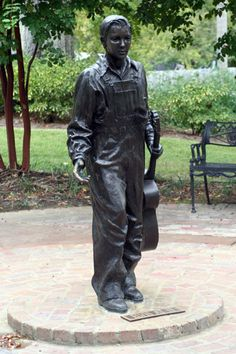 Elvis Presley's Birthplace : Statue of the Future King