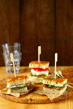 Trio focaccia sandwich garnished with Italian Aperitif Popular Appetizers, Yummy Appetizers, Appetizer Recipes, Snack Recipes, Snacks, Pesto, Tapas, Brunch, Tomate Mozzarella