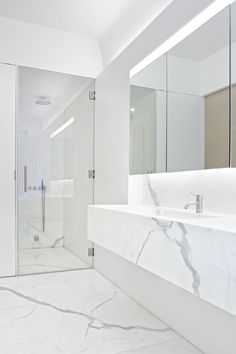 Дизайн белой ванной комнаты (75 фото): «чистая» гармония http://happymodern.ru/dizajn-beloj-vannoj-komnaty-75-foto-chistaya-garmoniya/ Белый мрамор в интерьере ванной комнаты