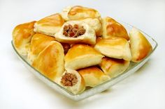 Receita de Esfiha de Liquidificador. Esfiha, a pequena torta assada originaria do Líbano e da Síria é extremamente popular entre os brasileiros. Confira nessa receita, como é fácil prepará-la!