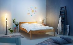 Nukkuvillen Divaanisänky – yksinkertaisesti kaunis Neljä jalkaa ja sivut, enempää ei sänkyrunkoon tarvita. Yksinkertainen on kaunista, jos sen toteuttaa oikein. Täyspuinen Nukkuvillen Divaanisänky on ajattoman yksinkertainen runko patjallesi. Sänky soveltuu kaikille patjatyypeille, ja tukeva mäntyinen sälepohja antaa patjan hengittää ja tuudittaa syvään uneen. Jokainen Nukkuvillen Divaanisängyistä on uniikki, sillä ne valmistetaan asiakkaiden toiveiden mukaan mittatilauksena. … Continued