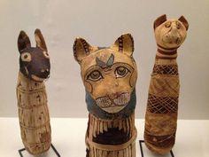 Ill. Momies de canidé et de chats, Basse Époque (664-332 avant J.-C.), présentées dans l'exposition « Des animaux et des pharaons » au Louvre-Lens, 2014 (©Guy Boyer).