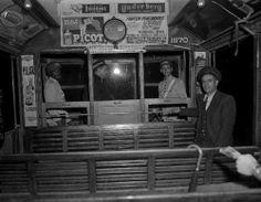 1954 - Foto da parte interna de um bonde, com o condutor do bonde, cobrador e policiais da Força Pública.