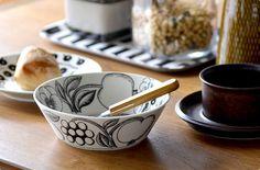 朝も昼も忙しい時は、近所のベーカリーへ。    庶民的な昼食も、パラティッシにのせるだけで洒落た雰囲気。 Decorative Bowls, Pottery, Tableware, Kitchen, Finland, Foods, Ceramica, Food Food, Dinnerware