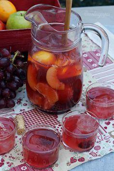 Sangria rosa: 1 botella de vino rosado, 600 ml de refresco de limón, 1 nectarina, 1 limón, 1 naranja, uva (al gusto), 2 cucharadas de azúcar (opcional)