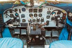 avion ancien: Engine Controls and other devices in the cockpit of an old airplane