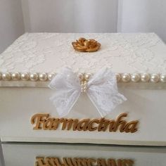 Todo luxo e requinte para essa farmacinha linda. Puro charme… Sewing Projects For Kids, Crafty Projects, Dry Fruit Box, Pearl Crafts, Altered Cigar Boxes, Basket Crafts, How To Make A Pom Pom, Sewing Room Organization, Luxury Decor