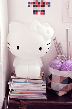 La lampe géante Hello Kitty chez Tamtokki Cat Lamp, Hello Kitty Shoes, Hello Kitty Collection, Miffy, Kawaii Cat, Cool Cats, Kids Room, Cute, Pink