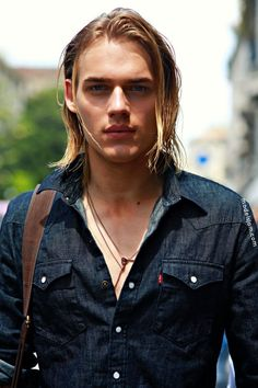 Lange Frisur und Mode. #TonHeukels. #offduty in Mailand. #malemodel  #frisur #lange #longhairstylesmale #mailand #malemodel #offduty #tonheukels Boys Long Hairstyles, Haircuts For Men, Trendy Haircuts, Funky Hairstyles, Formal Hairstyles, Beautiful Boys, Male Models, Sexy Men, Curly Hair Styles