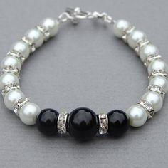 Items similar to Blanco y negro joyas, pulsera negra imitación perla blanca, dama regalos de boda on Etsy