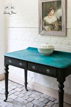 Annie was inspired by the semi-precious stone malachite when painting this table. Having painted the legs in Graphite, she lightly blended Aubusson and Florence together for the table top, making sure they didn't mix together completely. She painted this loose mix onto the table and, while the paint was still wet, used the corrugated side of a piece of cardboard to drag through the paint, creating the same gorgeous natural lines found in malachite. A coat of clear Chalk Paint®️️ Wax se