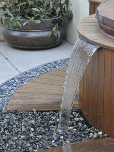 cascade de jardin revêtue de lamelles en bois