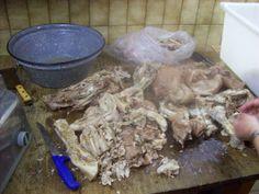 Zutaten 12 % rohes Schweinefleisch (z. B. Schulter) 12 % gegarten Speck 67 % gekochtes Fleisch (Kopf, Füßchen, Leiterchen, Bauch…) 9% Leber, roh Zur Herstellung von Hausmacher Wurst, wird mo…