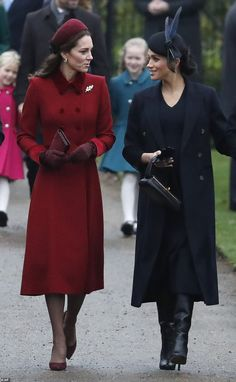 Kate Middleton and Meghan Markle , two beautiful royal women and amazing elegant autumn outfit Duke And Duchess, Duchess Of Cambridge, Royal Fashion, Look Fashion, Style Kate Middleton, Meghan Markle Stil, Pantyhosed Legs, Style Royal, Kate And Meghan
