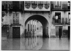 Visor Archivo General Región de Murcia. FOT_POS,07/101 / Reproducción de una fotografía del arco y la plaza de Camachos inundados.c.1946