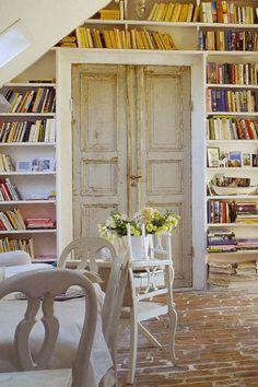 Manque de place pour ranger des livres, des bibelots ? Encadrer une porte, du sol au plafond, d'étagères d'environ 30 cm de profondeur, peindre l'ensemble dans des tons neutres, ce sont les livres et les objets qui mettront de la couleur.