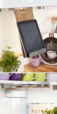 Un support pratique et gain de place, retractable, qui permet d'avoir accès facilement aux recettes sur la tablette ou dans les livres de cuisine, à fixer sous un meuble au-dessus du plan de travail