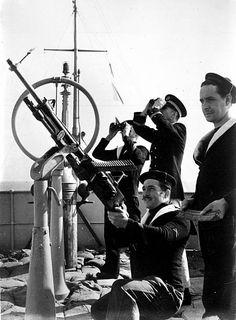 Beginning of World War II. Antiaircraft machine gun of the French navy aboard a merchant ship. Pin by Paolo Marzioli
