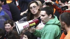 La Policía irrumpe en el 'muro humano' y detiene a Luis Goñi