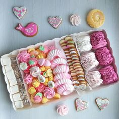 No photo description available. Boxes Of Sweets, Meringue Cookie Recipe, Macaron Cookies, Cookie Packaging, Sweet Box, Sweet Cookies, Cake Bars, Candy Bouquet, Edible Gifts