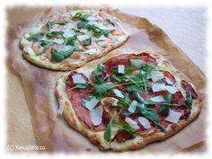 Taannoisella Saksan reissulla törmäsin innostavaan pizzatuttavuuteen, joka kantoi nimeä tarte flambée. Reseptin alkuperä on Ranskan Alsacessa, Saksan rajalla. Ohuen vehnätaikinapohjan täytteinä on tyypillisesti ranskankermaa, sipulia ja pekonia. Matkatessaan Saksasta Kinuskikissan arkistoon resepti koukkasi Italian kautta ja haki sieltä lisätuulahduksen kansainvälisyyttä. Paloiksi leikattuina pizzoja voi tarjota iltapalan lisäksi myös kahvipöydässä ja miksei esimerkiksi alkupalakeiton…