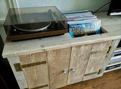 Ruimte voor de platenspeler en Lp's! Steigerhouten audio/video meubel.