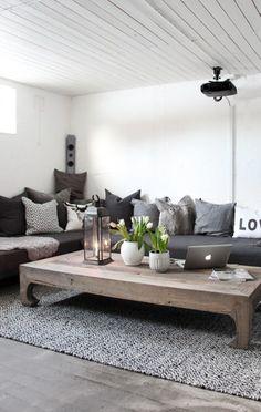 Sectionnée avec plein de coussins et table bois  vieillit
