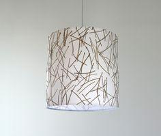 Lampenschirm mit eingearbeiteten Kiefernnadeln von Lampenschirme mit Naturmaterialien & Gummiringen  auf DaWanda.com