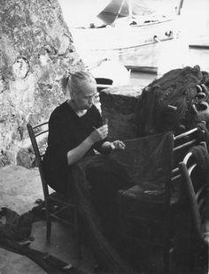 Camogli, una donna ripara le reti da pesca (anni 1925-1950) / A woman fixing fishing nets in Camogli