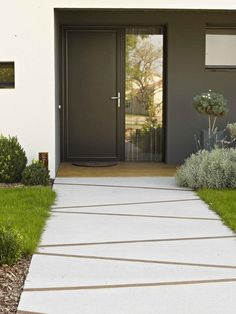 Need some low maintenance garden design ideas? Learn the fundamentals and tips to creating the perfect low mainteance outdoor space in our feature article. Garden Paving, Garden Paths, Modern Landscaping, Front Yard Landscaping, Landscaping Ideas, Black Rock Landscaping, Concrete Pathway, Concrete Driveways, Walkways