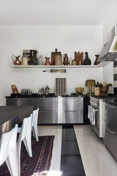 The kitchen room at Malene Birger's home is decorated with beautiful ceramics. Apartment Kitchen, Home Decor Kitchen, Kitchen Furniture, New Kitchen, Kitchen Design, Cheap Furniture, Home Interior, Kitchen Interior, Interior Design