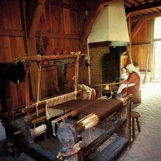 Weefster. In de tijd van de Industriële Revolutie moesten de mensen zelf met een weefgetouw of ander handwerk spullen maken. De mensen waren gespecialiseerd in een ambacht. Ze maakten voor zichzelf, maar ook voor de mensen rond de werkplaats om geld te verdienen.