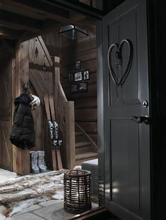 Dark finishes for a chalet home Chalet Chic, Chalet Style, Lodge Style, Ski Chalet, Chalet Design, Bar Design, Winter Cabin, Cozy Cabin, Cabin Interiors