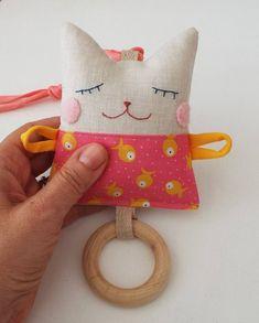PDF Muster Rassel Katze Textil Baby Spielzeug Holzring Beißring - Baby toys by age - Katzen Sewing Toys, Baby Sewing, Sewing Crafts, Sewing Projects, Sewing Hacks, Cat Crafts, Sewing Tutorials, Kitten Baby, Pram Toys