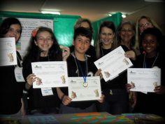 Alunos do 5º ano recebendo o certificado e medalhas pelo trabalho apresentado. Primeiro Lugar destaque, séries iniciais.