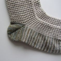 Learn how to knit German short rows. They& incredibly easy, neat and comfortable to wear. Even beginners will be able to knit them! Vintage Crochet Patterns, Loom Knitting Patterns, Knitting Kits, Easy Knitting, Knitting For Beginners, Knitting Socks, Knitting Stitches, Knit Socks, Knitting Tutorials