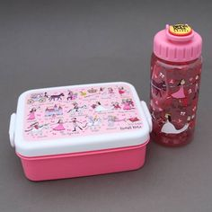 Lot boite à goûter - déjeuner et gourde Princesses sans BPA Tyrrell Katz enfants.  Pour le déjeuner ou le goûter à l'école. - Boite : Dim. : 16 x 12 x 6 cm. Garantie sans BPA. Couvercle hermétique. Compartiment séparé amovible. - Gourde : 17 cm de haut et 6 cm de diamètre, contient 400 ml. Système d'ouverture et fermeture facile à manipuler…