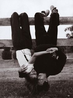 Vogue, September Linda Evangelista and Kyle MacLachlan, photographed by Steven Meisel; Linda wears suspendered pants by Calvin Klein and a Hanro tee. Linda Evangelista, Steven Meisel, Photo Couple, Couple Photos, Couple Goals Cuddling, Kyle Maclachlan, Hopeless Romantic, Vintage Love, Couple Photography
