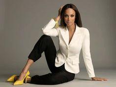 Tyra Banks y su Outfit Blanco/Negro el toque estrella los zapatos en amarillo. Wow !!! #Outfit #Celebridades #estilosymas #Trendy #Fashion #Moda