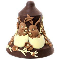 Uovo di Pasqua a forma di campana con decoro di coniglietti in bassorilievo. Realizzato con tre tipi di cioccolato diverso: cioccolato al latte, cioccolato bianco e cioccolato fondente. Plusia realizza queste opere artigianali di cioccolato in Veneto, nella sua sede di Veggiano (Padova). #cioccolato #pasqua #uova #plusia #veneto #padova #dolci #uovadipasqua