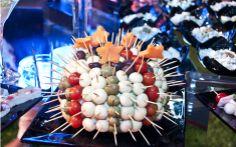Tomate cereja, azeitona e ovo de codorna! Essa combinação de aperitivos leva o nome de 'sacanagem'