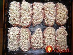 Výborný obed alebo večera z jedného plechu. Vyskúšajte šťavnaté bravčové plátky v chutnom kabátiku z majonézy, cibuľky a syra. Coconut Flakes, Stuffed Mushrooms, Spices, Vegetables, Stuff Mushrooms, Spice, Vegetable Recipes, Veggies