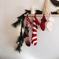 Misez sur la décoration ! Des chaussettes suspendues, au couleur de Noël et voilà, le tour  est joué ! :-)