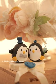 Penguins wedding cake topper  #cute #animals #handmade #customcaketopper #clay #kikuikestudio #penguin #oceanwedding #initials #pingüino #manchot #pinguino #펭귄 #ペンギン