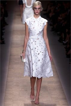 Guipure lace fabric with big daisy flowers, off white lace fabric with flowers White Bridal Wedding Lace Fabric QMich Embroidery Daisy by LaceFun Fashion Week Paris, Runway Fashion, Fashion Show, Trendy Fashion, Daily Fashion, Street Fashion, Luxury Fashion, Women's Fashion, White Dress Summer