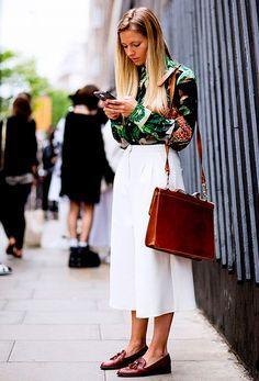 Uma dica de look para trabalhar é fazer um jogo de contrastes entre estampa escura e calça clara funciona superbem. Camisa estampada verde, super em alta nesse verão, com uma calça branca, mocassim marrom e bolsa combinando.