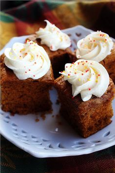 Pumpkin Gingerbread Cake with Spiced Cream Cheese Frosting -- made with cake mix,pumpkin puree, & instant pudding Just Desserts, Delicious Desserts, Dessert Recipes, Yummy Food, Cupcake Recipes, Dinner Recipes, Pumpkin Recipes, Fall Recipes, Holiday Recipes