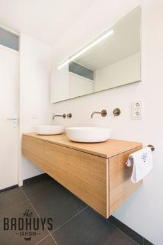 Moderne badkamer met inloopdouche en wastafel op maat | Het Badhuys Breda