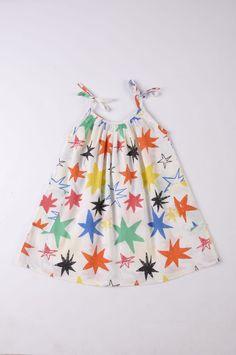 """Οργανικό φόρεμα από την καλοκαιρινή συλλογή """"Kiyoko in Hanoi"""" της Nadaddelazos. Είναι λευκό με τυπωμένα ασύμετρα χρωματιστά αστεράκια.  Έχει λεπτές τιράντες και δύο μεγάλες τσέπες στα πλαϊνά.  Έχει κατασκευαστεί στην Ινδία από 100% οργανικό βαμβάκιvoile / woven"""