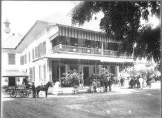 COLLECTIE TROPENMUSEUM Hotel des Indes in Batavia op de voorgrond poseert het…